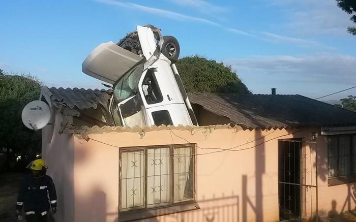 Автомобиль влетел в крышу дома в Дурбане, Южная Африка.