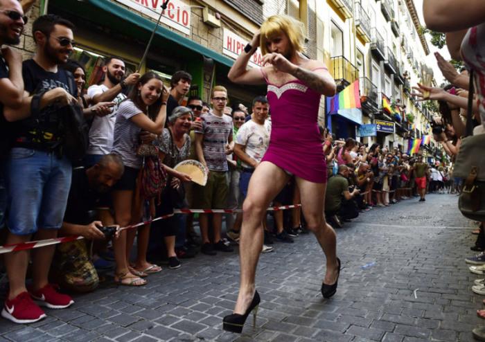 Участник ежегодного забега на высоких каблуках (не ниже 15-ти сантиметров) бежит по улице Мадрида, Испания.