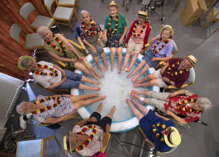 Постояльцы дома престарелых Ter Biest освежаются в жаркий день в Гримбергене, Бельгия.