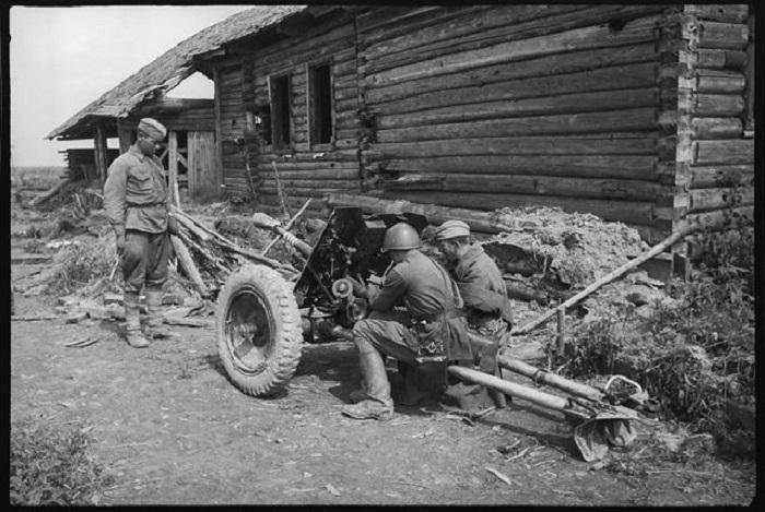 Советские солдаты изучают трофейную немецкую противотанковую пушку.