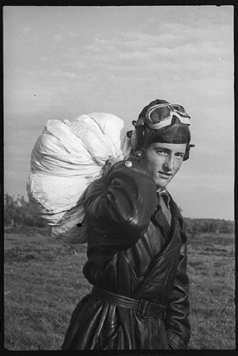 Гвардии сержант летчик-истребитель Лавренко.
