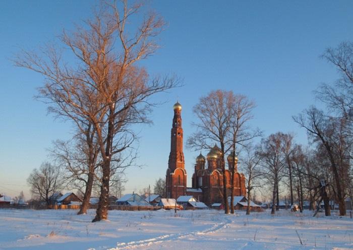 Колокольня храма высотой 90 метров, расположена в селе Вичуга, Ивановской области.