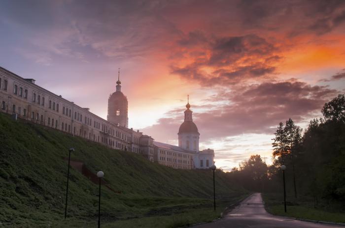 Мужской монастырь в городе Сарове на севере Тамбовской губернии с колокольней в 81 метр.
