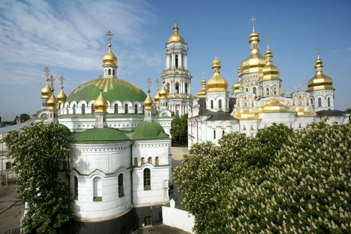 Колокольня Киево-Печерской лавры в 96,5 метра, на протяжении полутора веков оставалась самым высоким зданием Украины.