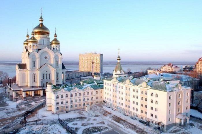 Возведённый на крутом берегу Амура, высотой 96 метров, является самым высоким зданием Хабаровска.