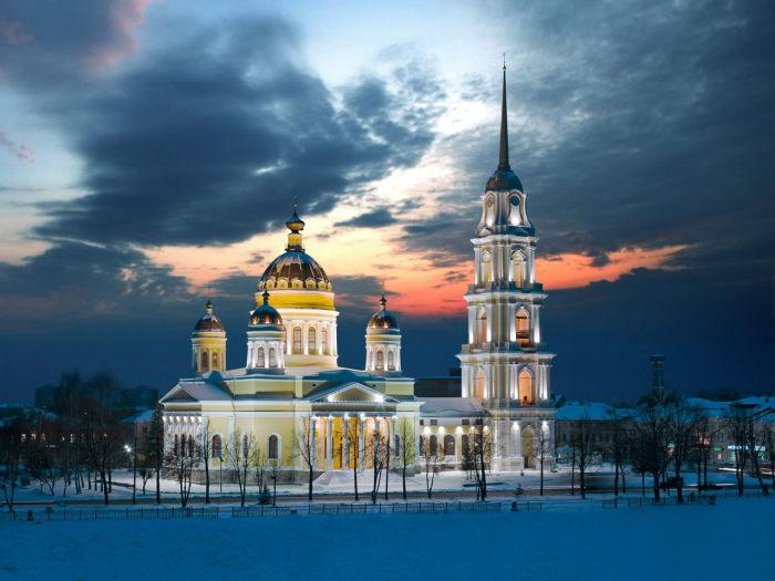 Храм Рыбинской епархии Ярославской митрополии Русской православной церкви, с высотой колокольни 93,8 метра.
