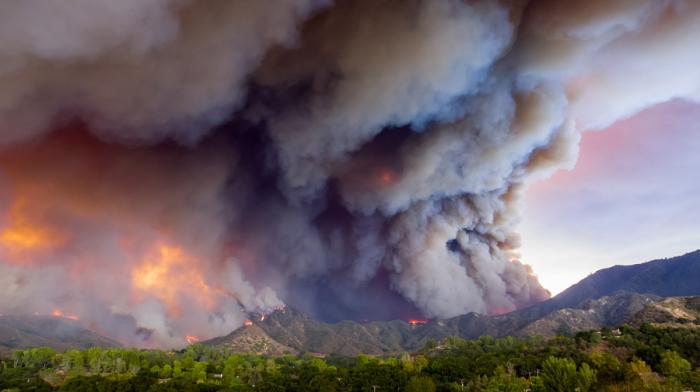 Сильный пожар в горной местности. Автор фотографии Райан Д. Карпентер (Ryan J. Carpenter).