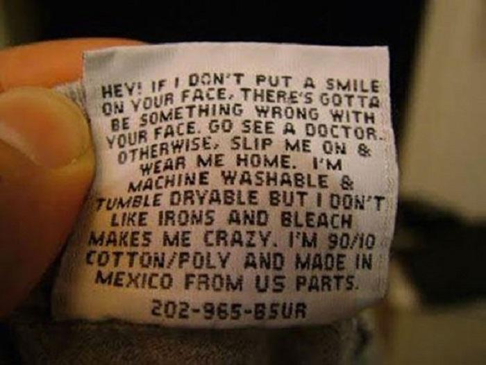 Эй! Если я не вызываю у тебя на лице улыбку, значит с твоим лицом что-то не так. Обратись к врачу. В противном случае надень меня и носи дома. Меня можно стирать в машинке и сушить в барабане, но я не люблю глажку, а отбеливание вовсе выводит меня из себя. Я состою из хлопка и полиэстера в соотношении 90/10 и изготовлена в Мексике из материалов, произведенных в США.