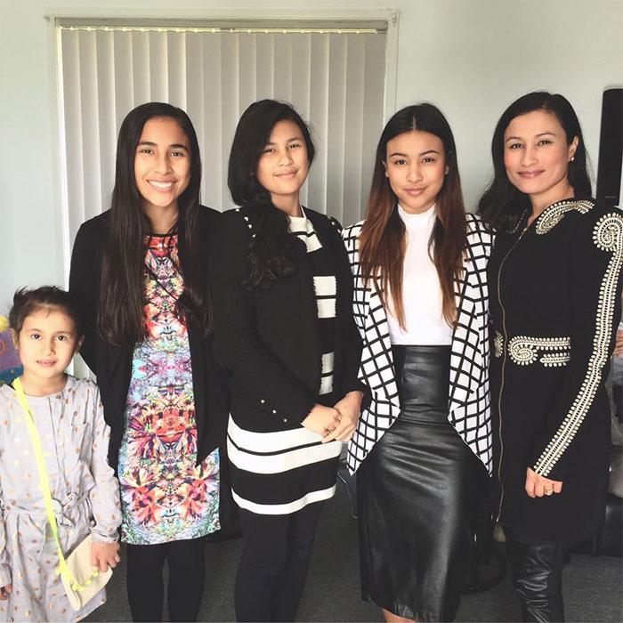 Дочки 7, 14, 15, 17 лет и прекрасная 38-летняя мамочка.