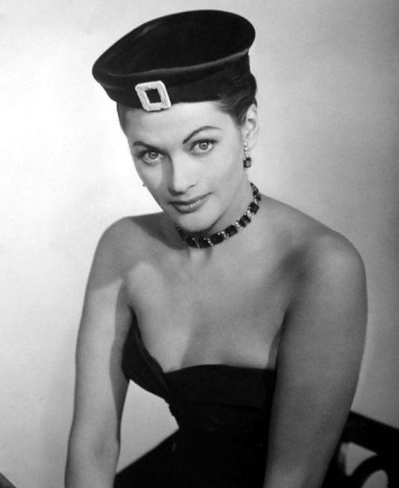 Открытые плечи и необычайно красивое украшение на тонкой шее актрисы.