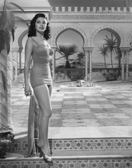 Очаровательная дама вышла погулять в коротком платье.