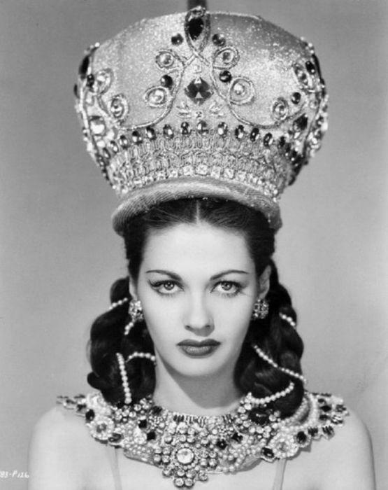 Превосходный, богатый образ женщины с множеством украшений.