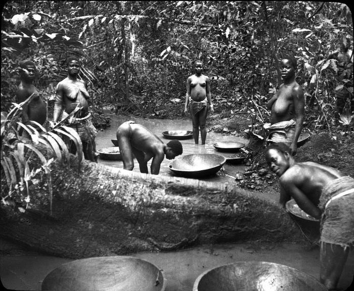 Женщины народности бауле моют золото.