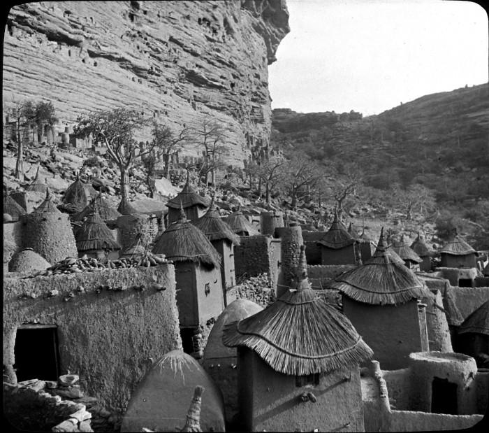 Глиняные постройки покрытые соломой.