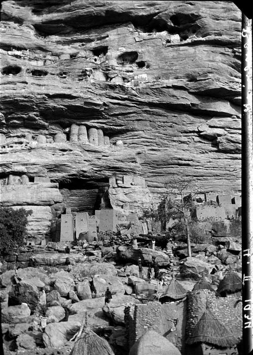 Погребальные пещеры находятся в отвесной части гряды над деревней.