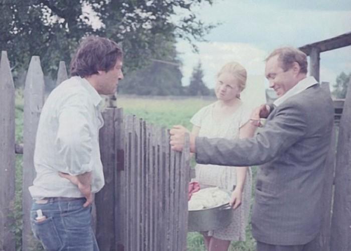 Зоя Кузнецова с Юрием Кузнецовым внимательно слушают Александра Прошкина.