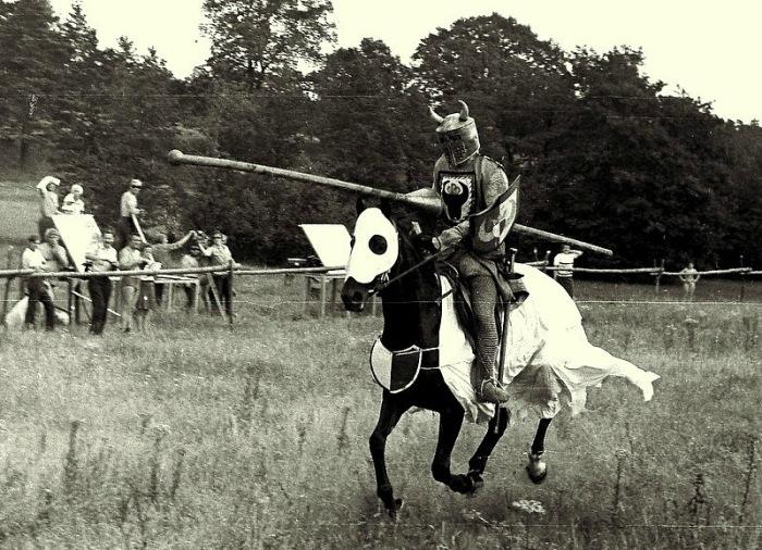Турнир рыцарей – каскадёр Николай Ващилин.