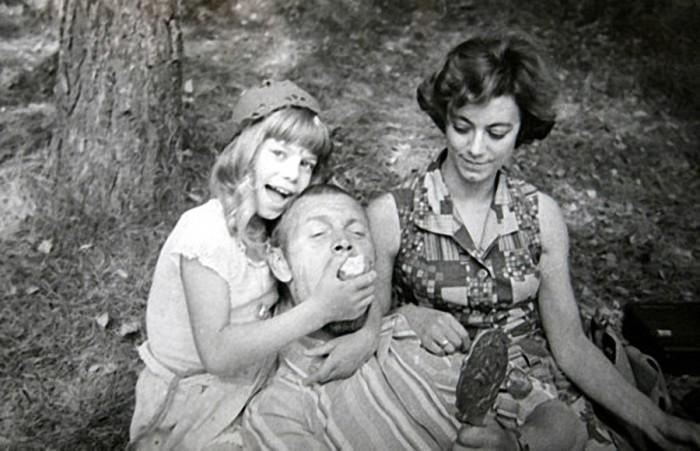Режиссер фильма Леонид Нечаев на память о съемках подарил юной исполнительнице главной роли Яне Поплавской головной убор Красной Шапочки.