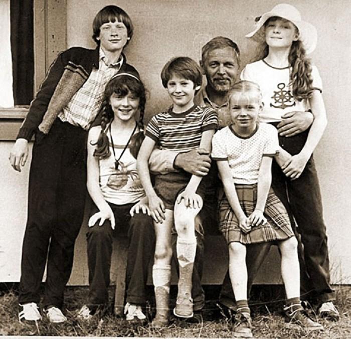 Для съемок фильма режиссер Леонид Нечаев подобрал 20 рыжих детей для лисьей школы и еще 30 для массовки на птичьем дворе.