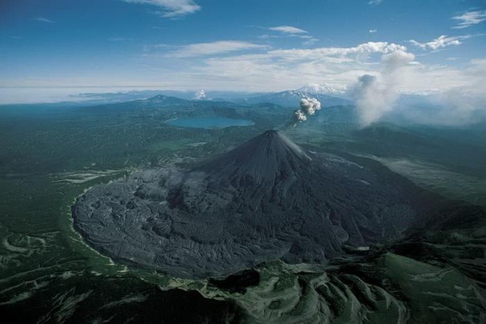 Карымский вулкан низвергает из недр огромные столбы пепла и газа, высота которых достигает 3 километров.