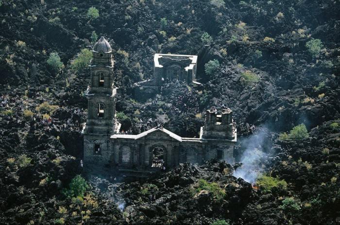 25-километровое лавовое поле и шпиль церкви - это все, что осталось от деревни.