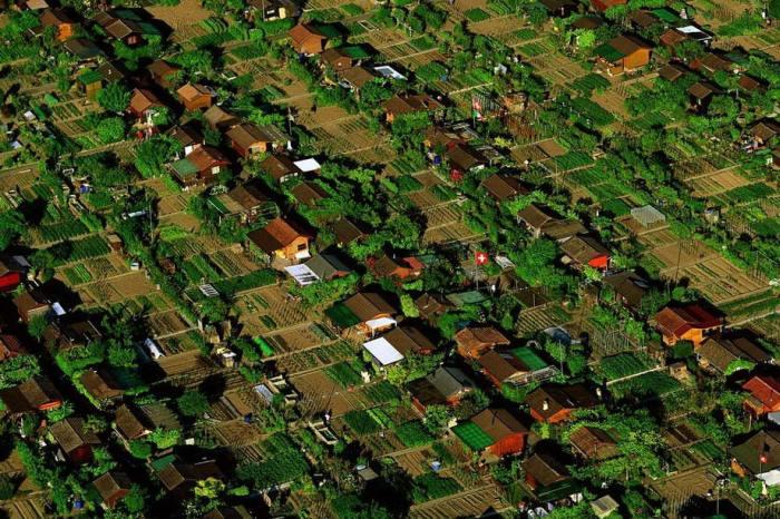 Тихий и уютный дачный поселок в окрестностях Женевы.