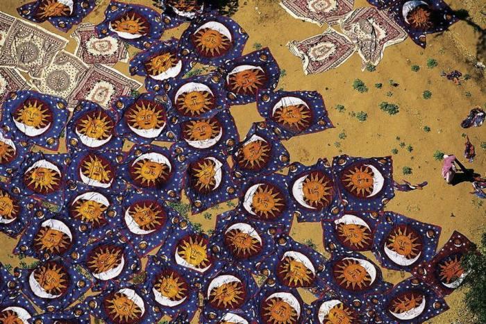 Индийские шерстяные ковры ручного плетения в натуральных красках сохнут под палящими лучами солнца.