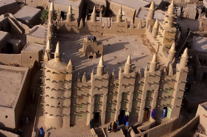 Великая мечеть Дженне, расположенная в пойме реки Бани, является самым большим глинисто-наносным зданием в мире.