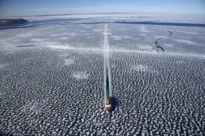Ледокол «Louis Saint Laurent» бороздит водные просторы.
