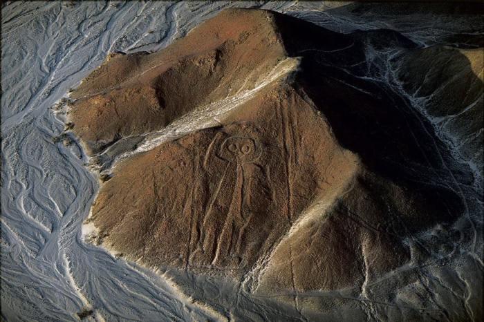 Огромные геоглифы в пустыне, видны только с высоты птичьего полета.