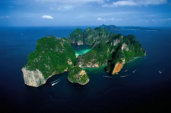 Остров Пхи-Пхи Ле возвышается из воды крутыми известняковыми холмами.