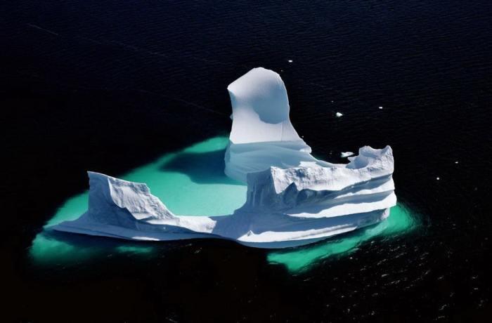 Белоснежная глыба, растаявшего айсберга, сформировалась из полярного льда и снега.