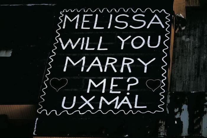 Гигантская надпись на вертолетной площадке: «Мелисса, выйдешь за меня?»