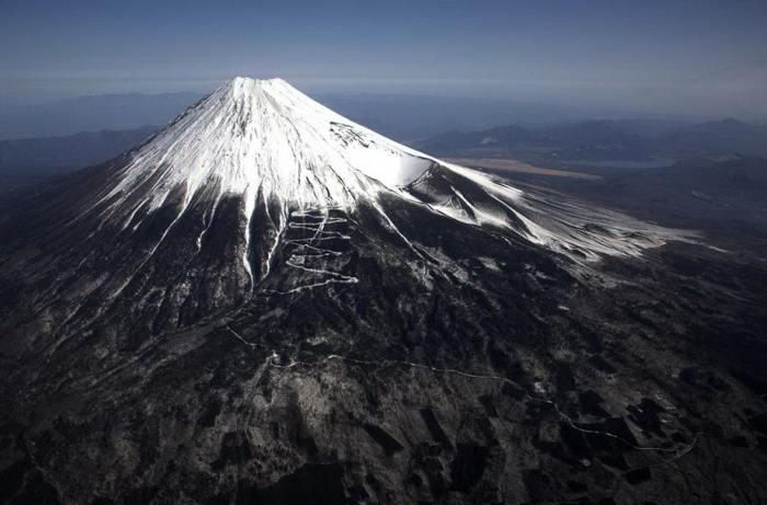 Действующий вулкан Фудзияма, который расположен на самом большом острове Японского архипелага Хонсю.