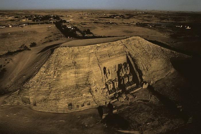 Храм Рамзеса II, высеченный в скале Абу-Симбел на западном берегу Нила, в исторической области Нубия в Египте.