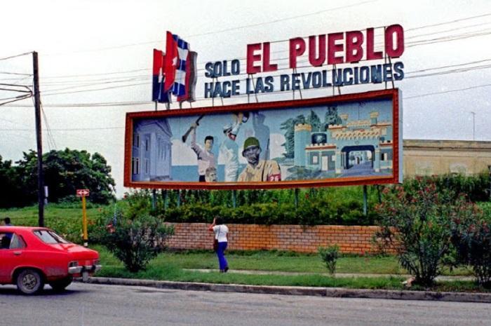 Рекламный щит с надписью «Solo es pueblo hase las revoluciones».