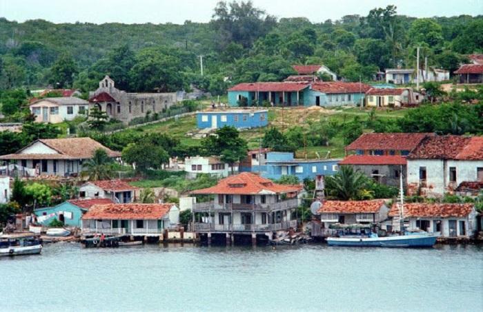 Город и порт, который расположен на юге Кубы.