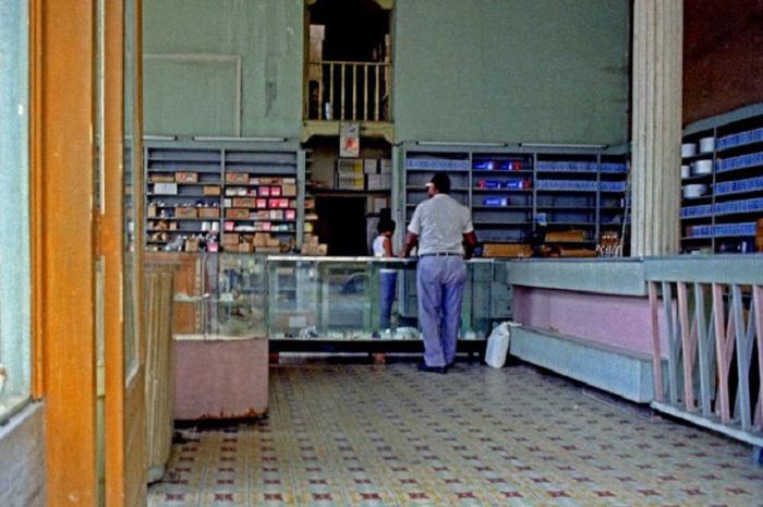 Типичный магазинчик на окраине города. Республика Куба, 1981 год.