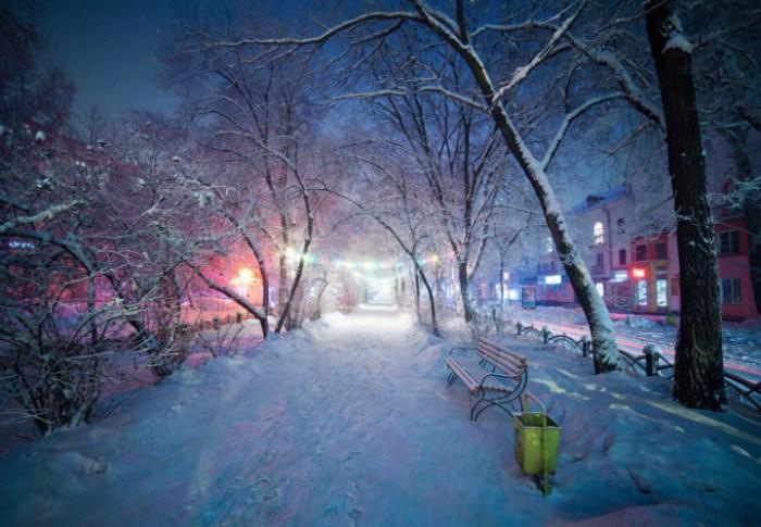 В холодную погоду редко кто выходит на улицу.