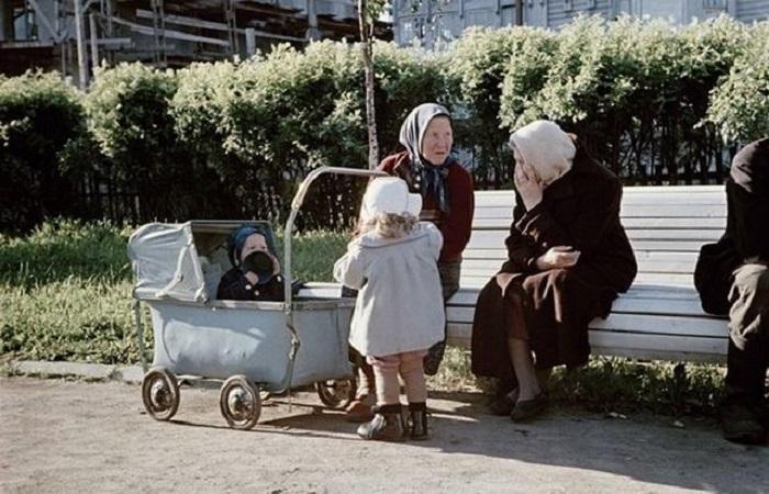 Бабушки, гуляющие с внуками.
