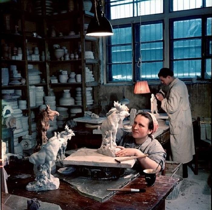 Трудоемкие работы в мастерской. Москва, 1950-е годы.