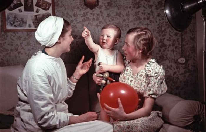 Сотрудница детского дома с воспитанниками.