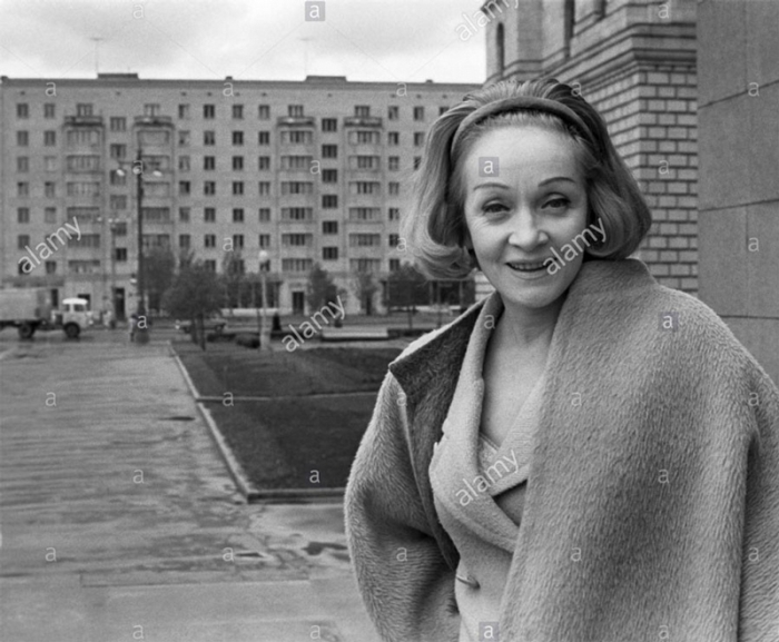 Марлен у гостиницы Украина, 1964 год.