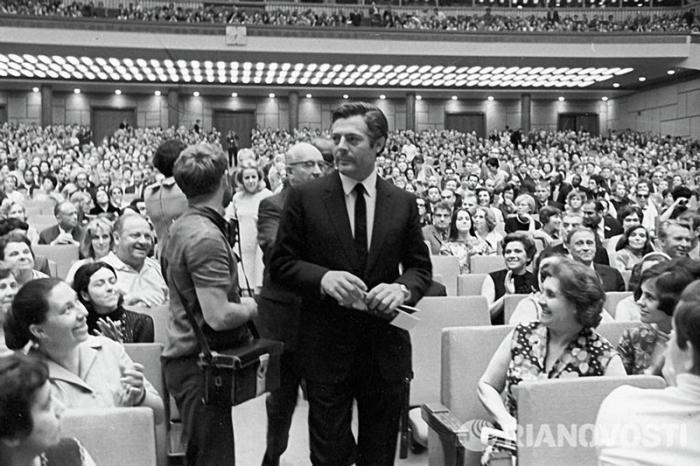 Итальянский актёр среди зрителей Московского кинофестиваля, 1969 год.