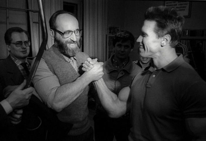 Арнольд встретился со своим кумиром Юрием Власовым, 1988 год.
