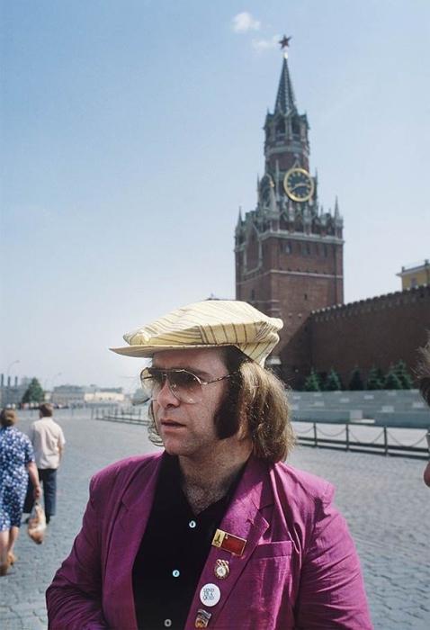 Первыми крупными гастролями западного рок-музыканта в Советском Союзе были гастроли Элтона Джона в 1979 году.