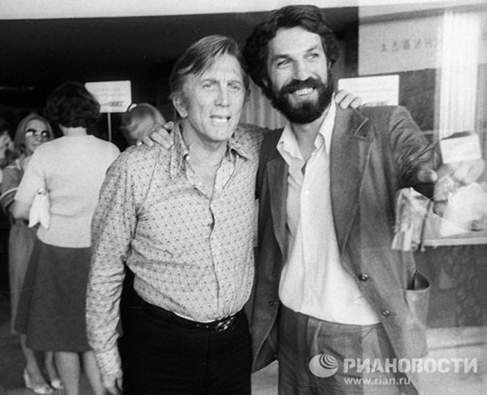 Актёры беседуют на X Московском международном кинофестивале, 1977 год.