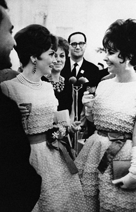 На прием в Кремле Джина Лоллобриджида и Элизабет Тейлор пришли в одинаковых платьях Dior, но с разными поясами: у Тейлор пояс был голубой, у Лоллобриджиты - красный.