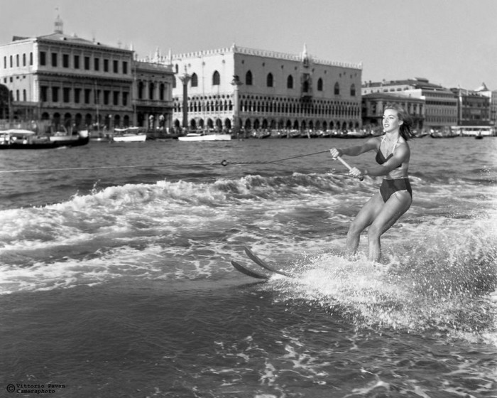 Некоторые знаменитости, как Анна Мария Бенвенути, отдавали предпочтение весьма экстремальным водным развлечениям, предлагаемым радушной Венецией.