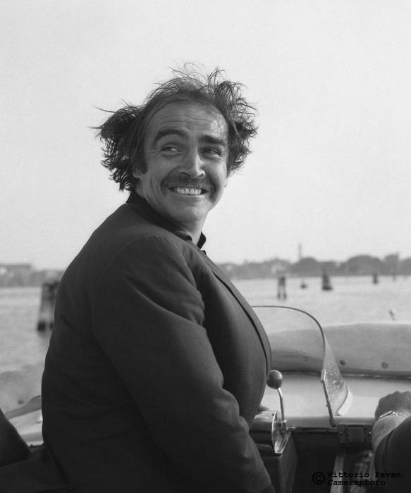 Известному британскому киноактеру и продюсеру Шону Коннери, который снялся в 7-ми фильмах об агенте Джеймсе Бонде, тоже нравились «венецианские» прогулки на катере.